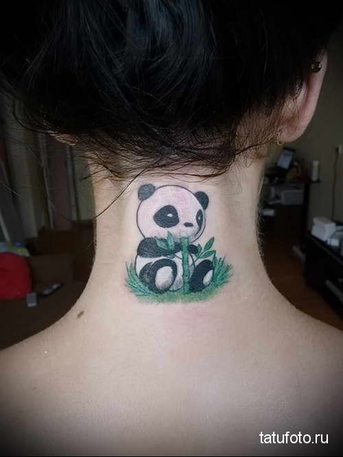 панда ест бамбук - татуировка на шее женская - фото