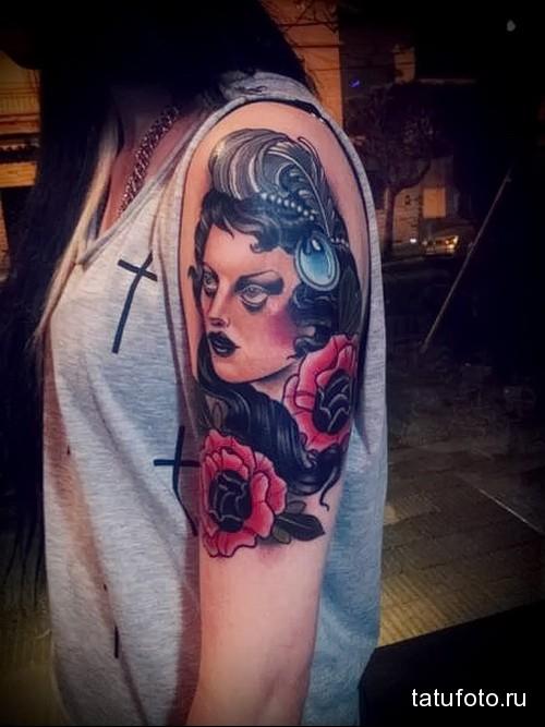 портрет девушки и красные розы в тату на плече девушки