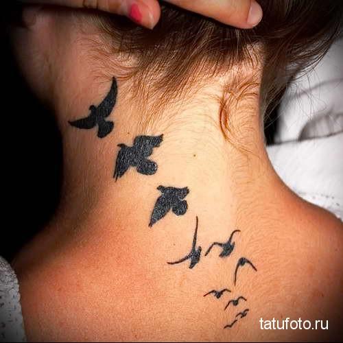 птицы улетающие ввысь - татуировка на шее женская - фото