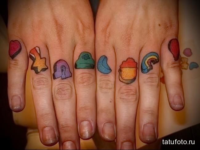 разноцветные картинки в татуировке на пальцах для мужчины