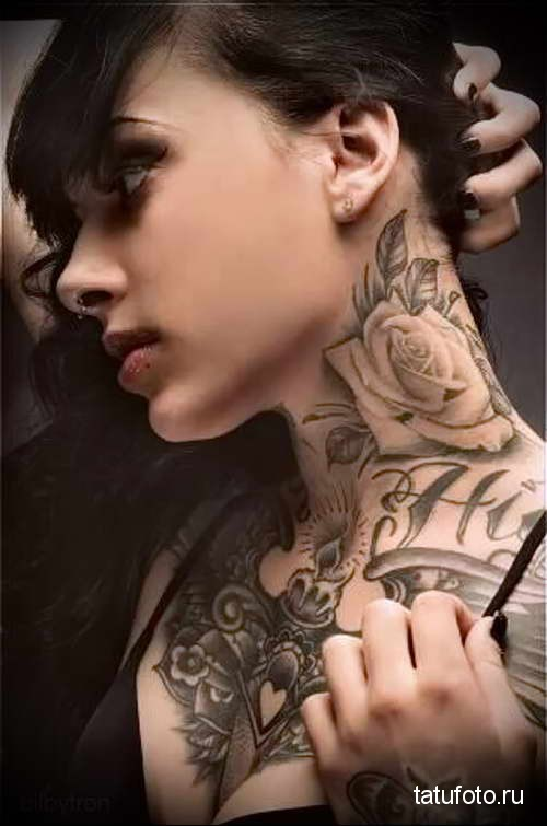 роза и надписи - татуировка на шее женская - фото