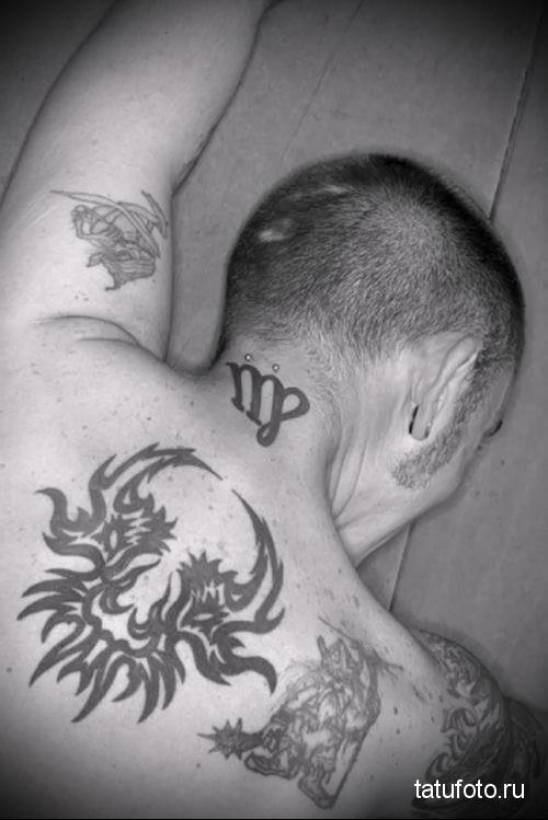 символ знака зодиака - татуировка на шее мужчины - фото