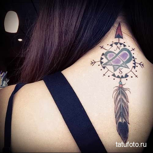 символ и перо (ловец снов) - татуировка на шее женская - фото