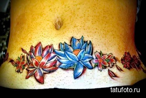 синие и красные цветы - женская татуировка на шраме - перекрытие - фото