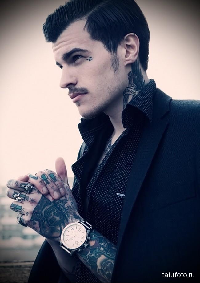стильные надписи в татуировке на пальцах для мужчины
