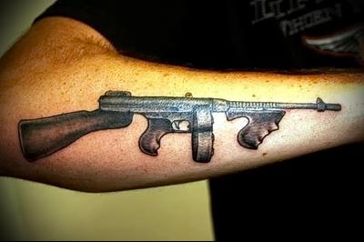 татуировка автомат томпсона на руку