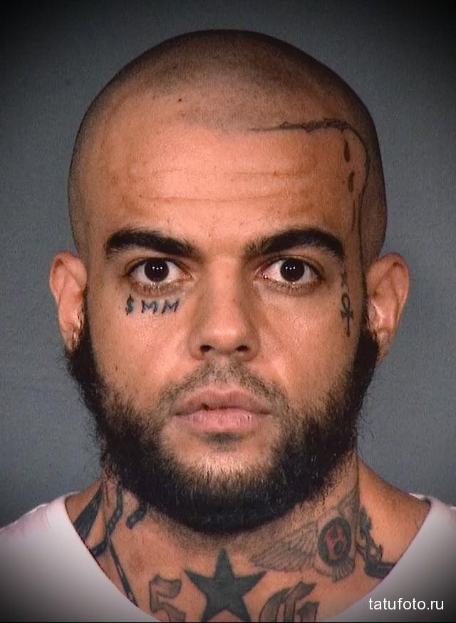 татуировка буквы под глазом