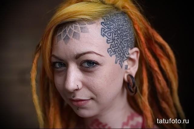 татуировка мандала на лбу у девушки