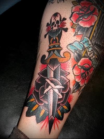 татуировка нож в розе и рукоятка с черепом