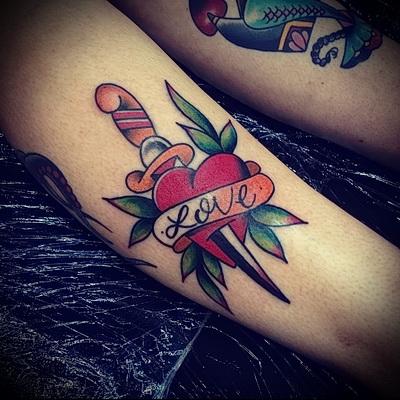 татуировка нож в сердце и слово любовь в надписи