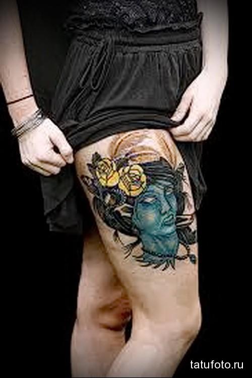 татуировка синее лицо и желтые розы на ноге