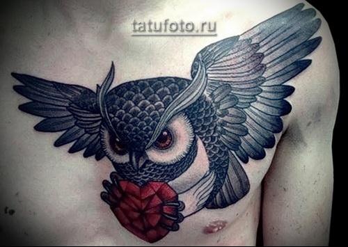 татуировка сова которая несет в лапах сердце
