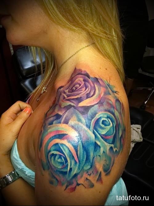 татуировка сочными красками с цветами на плече девушки