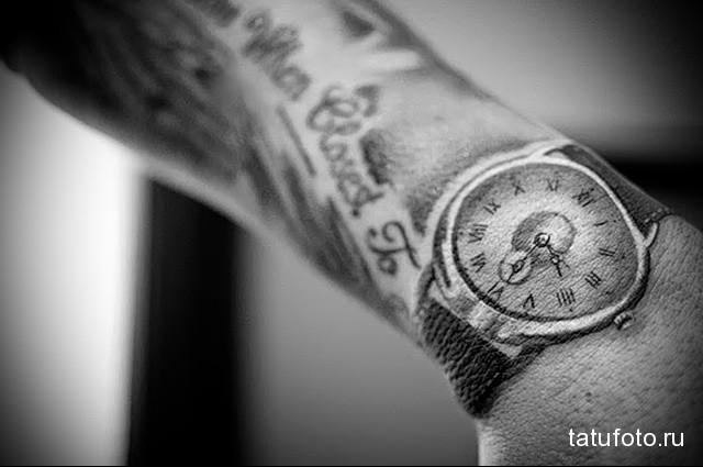 татуировка стильные часы на запястье мужчины