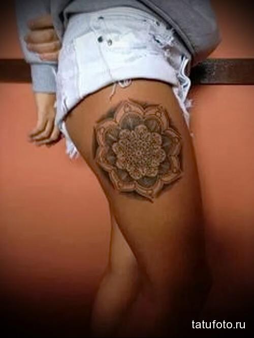 татуировка с большой мандалой на ногу для девушки