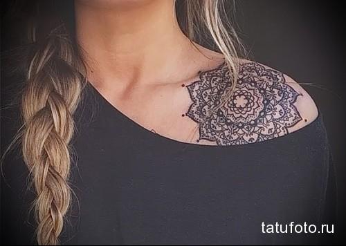 татуировка с мандалой на плече девушки
