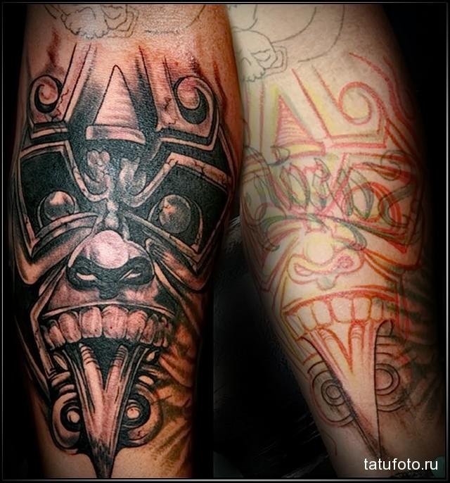 татуировка с мордой демона в стиле маори на запястье мужчины