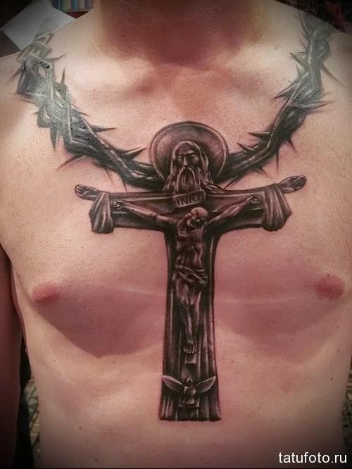 татуировка терновый винок и распятье на кресте - мужская татуировка на грудь