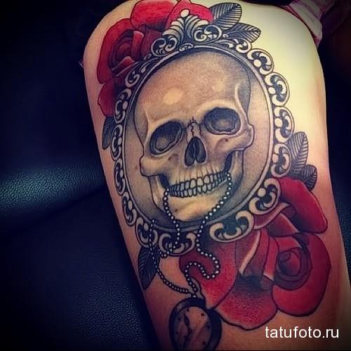 татуировка череп в рамке на ногу для девушки