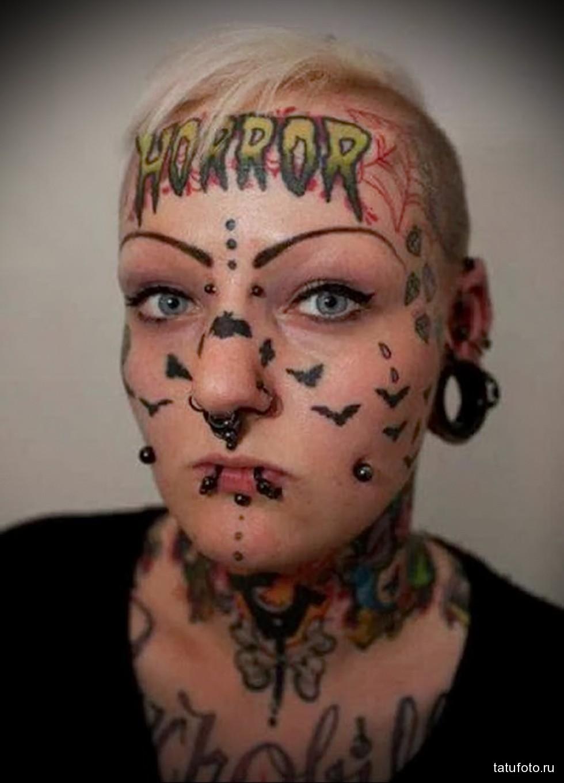 татуировки на лице и голове девушки