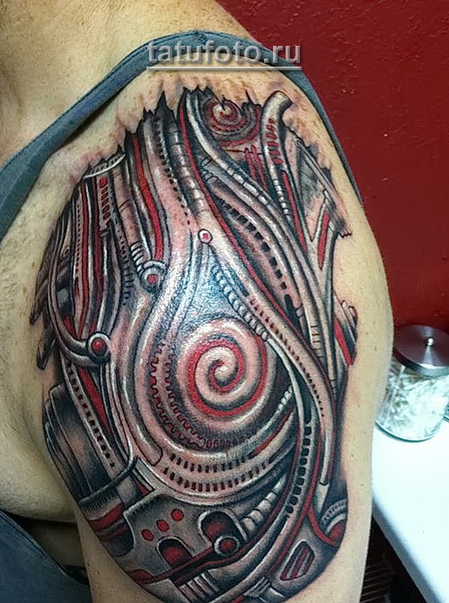 тату биомеханика на плече