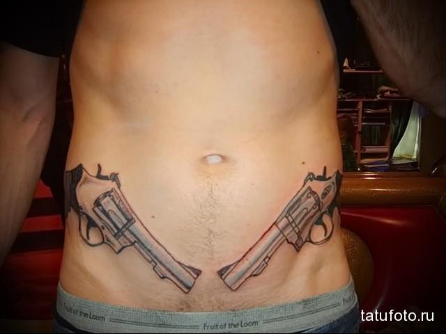 тату внизу живота мужчины - револьверы