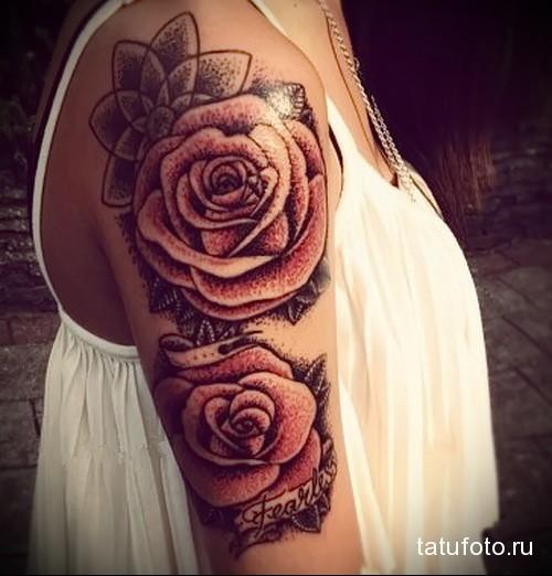 тату две розы и надписи на плече девушки