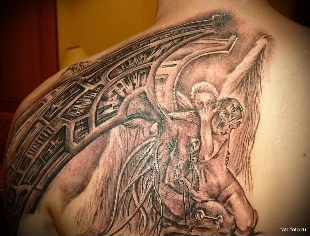 тату девушка обнимает падшего ангела - - мужская татуировка на плече
