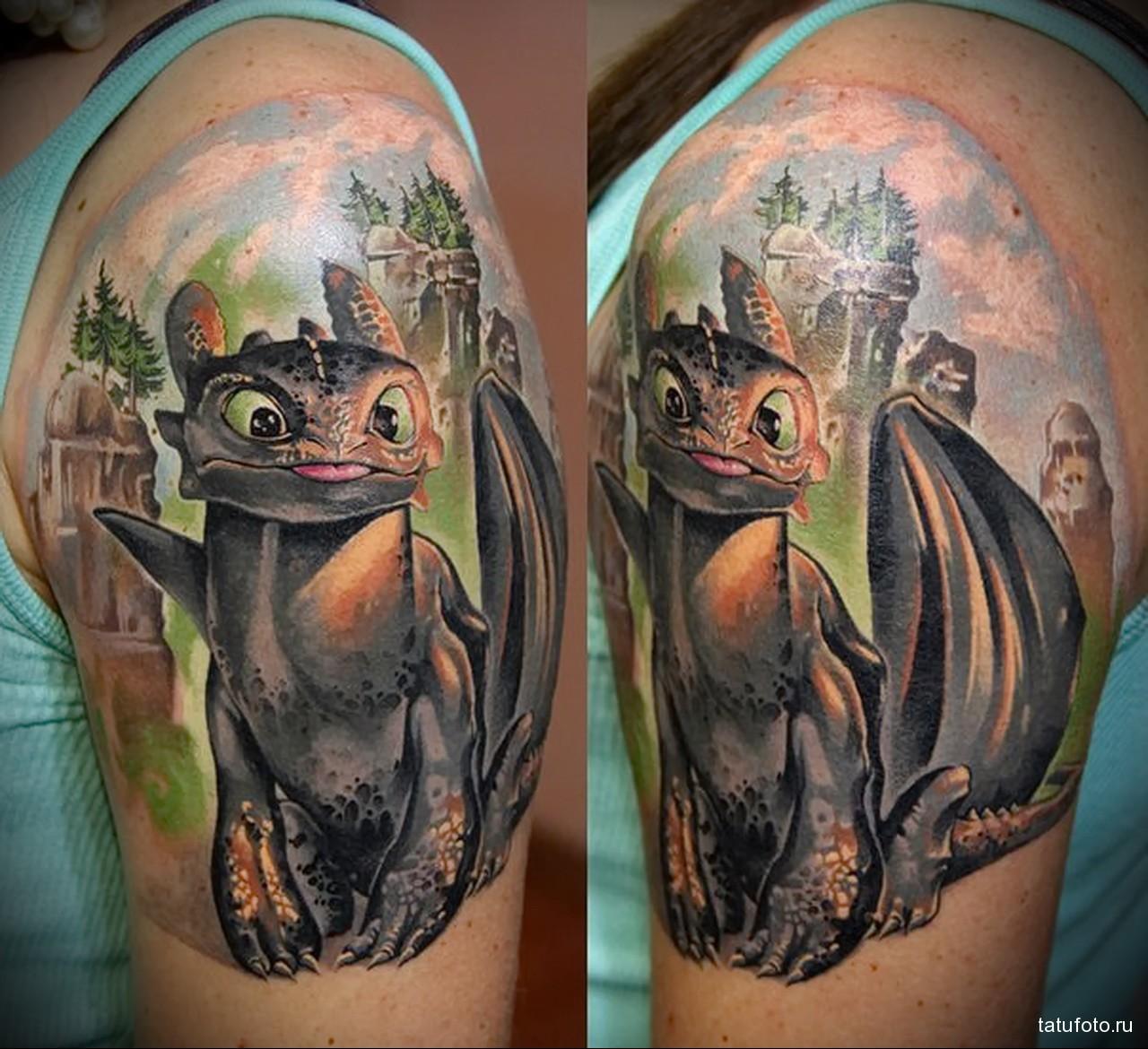 тату дракон из мультика (беззубик) - мужская татуировка на плече