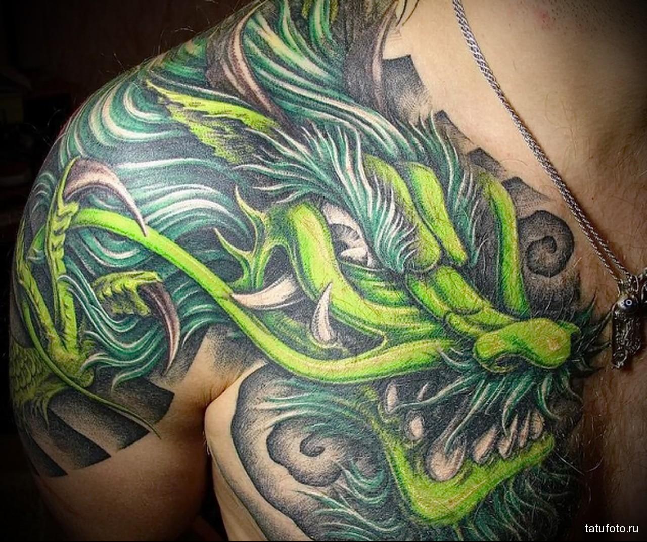 тату зеленый дракон - мужская татуировка на плече