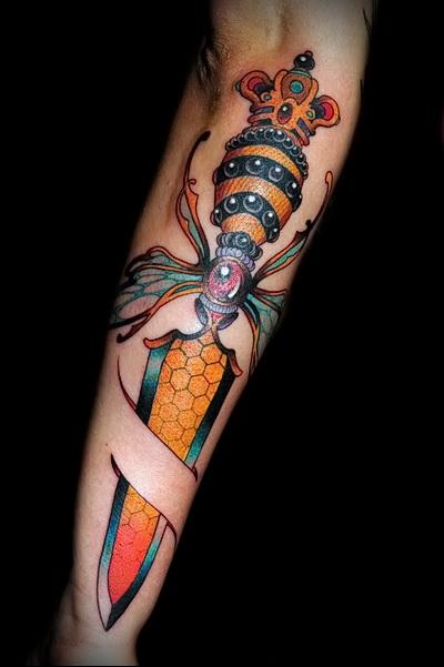 тату кинжал ка пчела - цветная татуировка фото