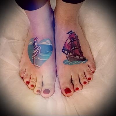 тату корабль на ноге