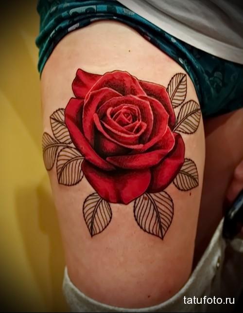 тату красная розв и черные листья на ногу для девушки