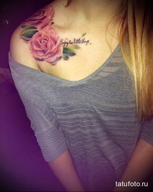тату красные розы и надписи на плече девушки