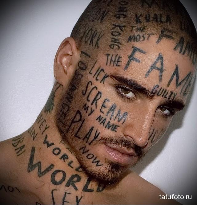 тату надписи на лице модели мужчины