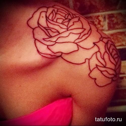 тату розы контурами на плече девушки