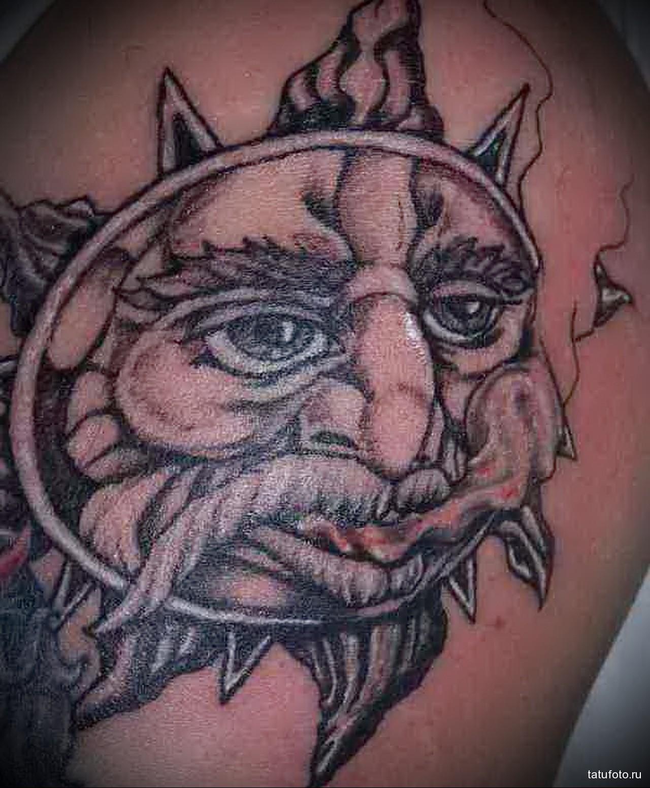 тату солнце с усами - мужская татуировка на плече