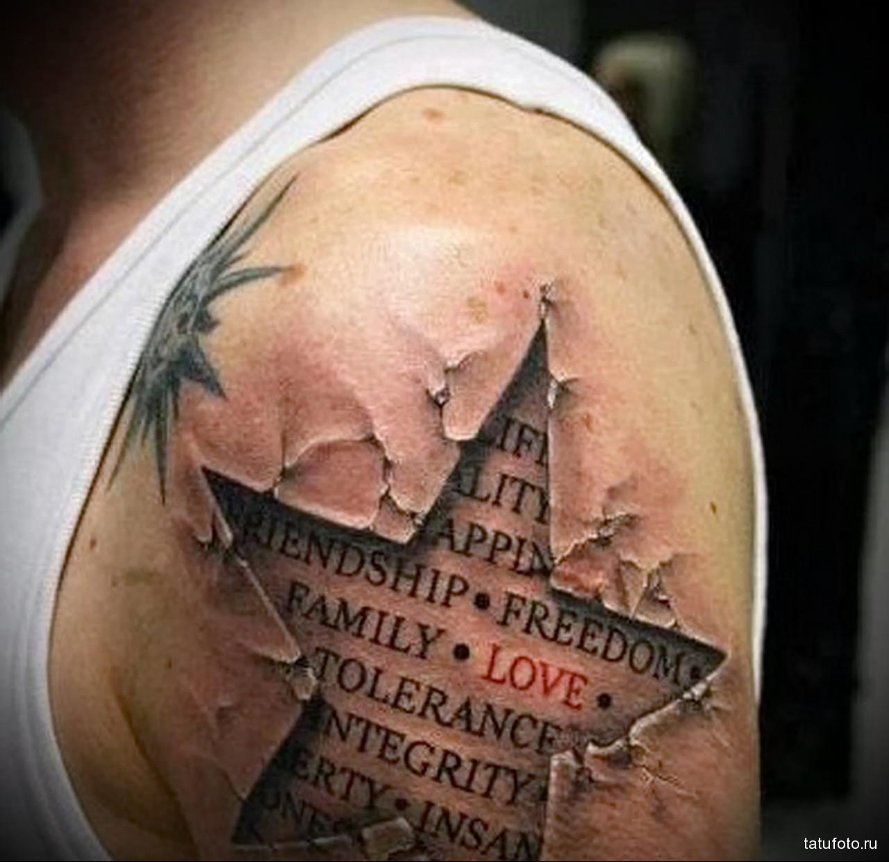 тату трафарет звезда и надписи на заднем плане - мужская татуировка на плече