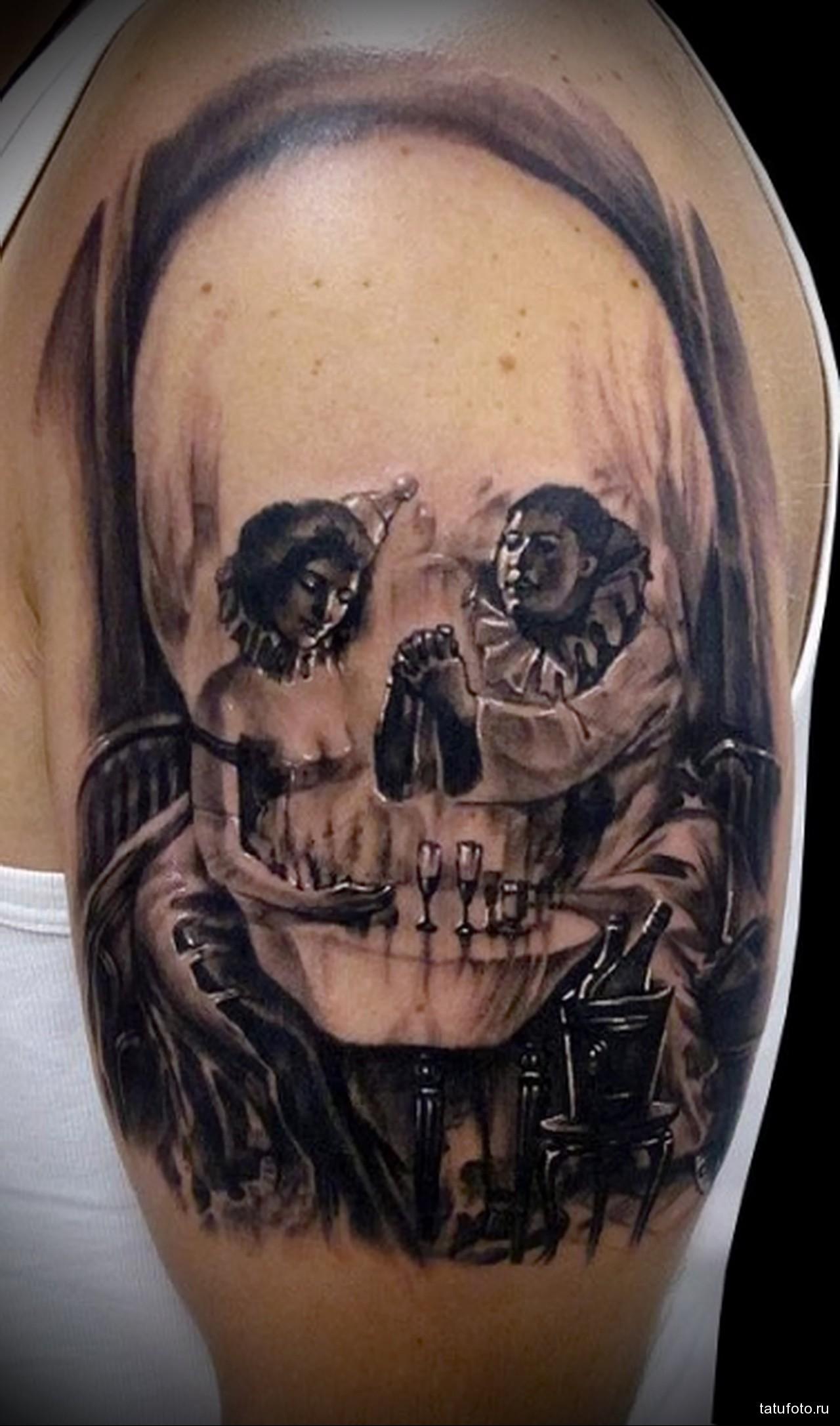 тату череп и клоуны - мужская татуировка на плече
