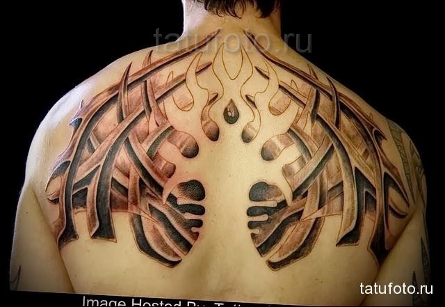 трайбл узоры в татуировке на лопатках