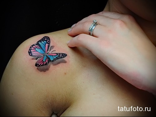 трехмерная бабочка в тату на плече девушки