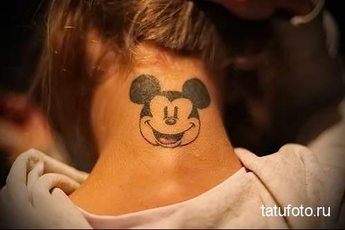 улыбающийся миккимаус - татуировка на шее женская - фото