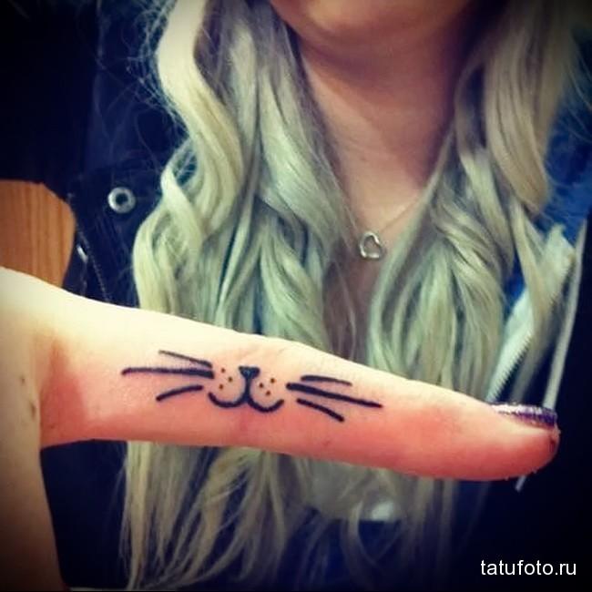улыбка кошки с усиками - татуировка на пальце женская (тату, tattoo)