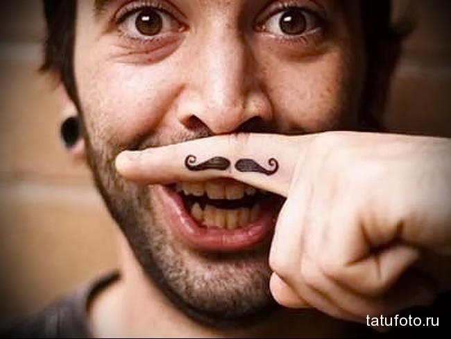 усы под нос в татуировке на пальцах для мужчины