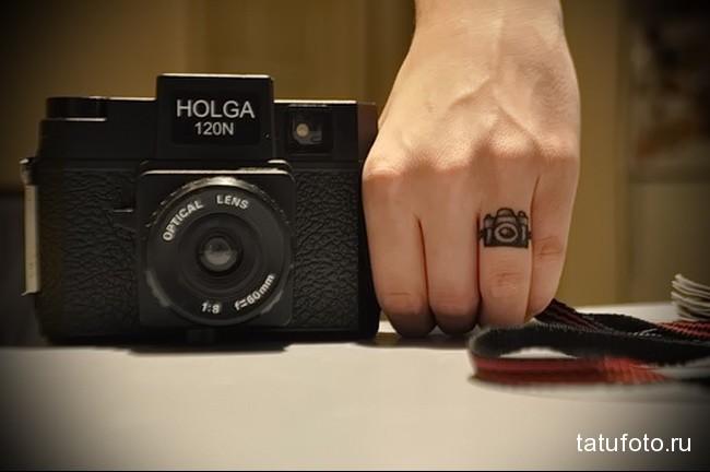 фотоапарат - татуировка на пальце женская (тату, tattoo)