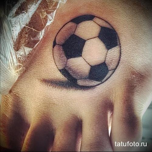 футбольный мячик татуировка на ноге мужская