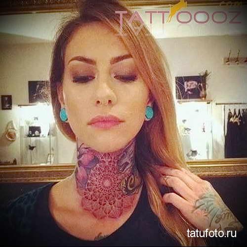 цветная мандала - татуировка на шее женская - фото