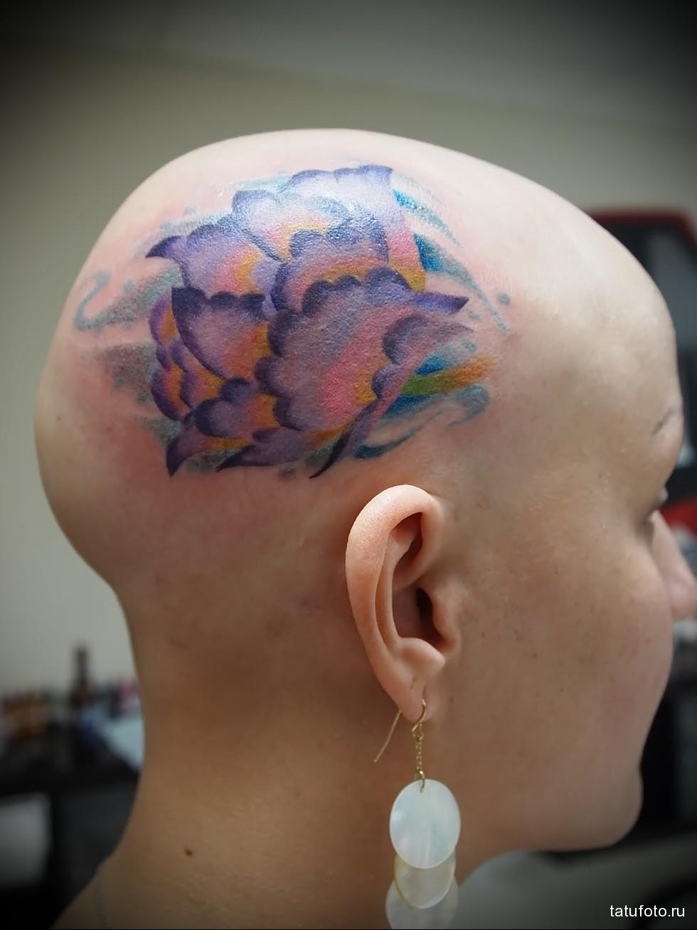 цветная татуировка на лысой женской голове