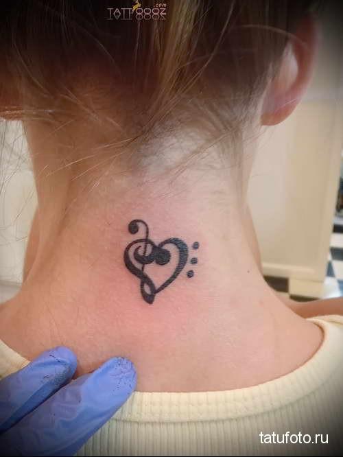 чердце и скрипичный ключие - татуировка на шее женская - фото