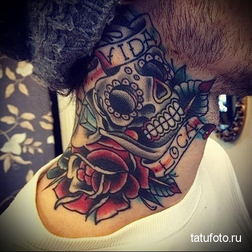 череп - надписи и розы - олдскул - татуировка на шее мужчины - фото